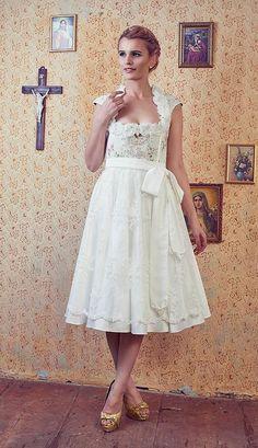 Puder und Pinsel Straubing: Romantische Brautdirndl für angehende bayerische Bräute. #hochzeit #wedding #braut #bride #bridedress #weddingdress #brautkleid #brautdirndl #hochzeitsdirndl #bayerisch #bayern #tradition #heimat