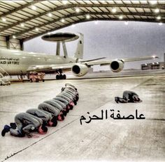 Saudi team of the Awacs praying before the mission in Yemen.