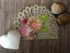 Circle Frame Border Dies #Scrapbook Ideas Layouts Flower Cards, Layouts, Decorative Plates, Card Making, Scrapbook, Frame, Flowers, Diy, Ideas
