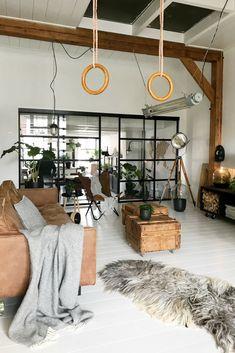 Stoere woonkamer met veel zwart-wit grijs. Over de gave leren bank hangt een mooie plaid van lamswol gemaakt door het Zweedse merk Klippan. Deze grijze plaid is uit de serie Samba en heeft een visgraat patroon. Hij is heerlijk warme n zacht. Bij webshop Ookinhetpaars.nl Green Sofa, Scandinavian Interior, Living Room Sofa, Loft, Samba, Hanging Chair, Home And Living, Decor Styles, Ladder Decor