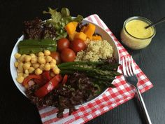 Bowl vegano con salsa de mostaza ligera, una receta sencilla y fácil de preparar sin ingún ingrediente de origen vegetal.