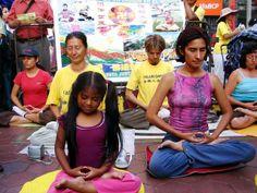 18/02/2007: Los practicantes presentando Falun Dafa al público en la Calle Capón del Barrio Chino de Lima en el 18 Año Nuevo chino según el calendario lunar