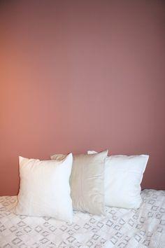Liten sneak peak fra det nye soverommet, før jeg setter i gang med maling av vindu og lister. Er bare helt forelsket i denne fargen, Jotun Lady Warm Blush .