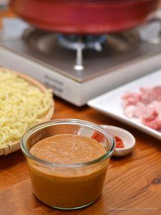 ねりごまだれの鍋・〆ラーメン by 西山京子/ちょりママ / 混ぜるだけの濃厚な「ねりごまだれ」でいただくお鍋です。野菜だけでも美味しい!豚肉や鶏肉とも相性抜群☆〆はラーメンがオススメ!大人はピリ辛味でどうぞ。 / Nadia