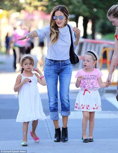 How happy does super mom Sarah Jessica Parker look with her daughters Tabitha and Marion!