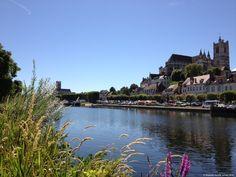 Auxerre, belle ville médiévale vue depuis les quais de l'Yonne #Auxerre #bourgogne #burgundy