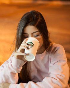 """3,765 curtidas, 176 comentários - Vitória Castro (@vidcg) no Instagram: """"essa foto parece que eu tô bem de boa bebendo algo, mas eu tava bebendo era o vento mesmo hahaha"""""""