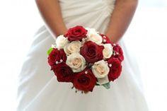 Beau bouquet de roses rouges et blanches tenu par une mariée Banque d'images - 11956022