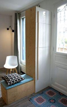 Un meuble sur-mesure à la fois cloison et rangement - Design scandinave pour un séjour rénové de 38m2 - CôtéMaison.fr