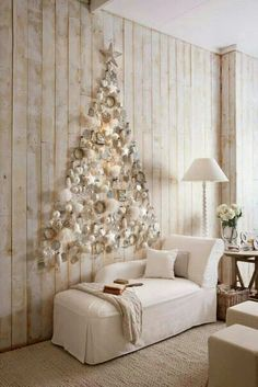 If you are looking for an alternative Christmas tree, or if you do not have enough room for a real tree or if you want an extra Christmas tree for a room, a wall Christmas tree can be a nice choice. Flat Back Christmas Tree, Unusual Christmas Trees, Wall Christmas Tree, Best Christmas Lights, Creative Christmas Trees, Alternative Christmas Tree, Christmas Tree Themes, Noel Christmas, Holiday Decor