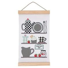 Küchenregal vorgezeichnet Stickpackung vorgezeichnet 20 x 40 cm, incl. Posterhänger, Leinenband (11-fädig), Druckstoff, Stickgarn, Baumwollstoff, Bügelvlies, Nadel und Anleitung. (einige Muster werden aufgebügelt) Stoff 100% Leinen, Sticktwist 100% Baumwolle #Kreuzstich Kreativ