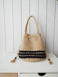 肩がけの巾着麻バッグが編み上がりましたー( ´ ▽ ` )最近の私の作品の中では大きいサイズだったので編み上がった時、達成感がすごくありました巾着バッグで...