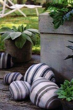 Para crear un sencillo elemento decorativo, toma algunas piedras y píntalas con un diseño que te guste, y se ajuste al estilo de tu jardín.