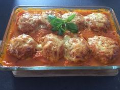 Makaronowe gniazdka z klopsikami Smakowite połączenie makaronu z mięsem mielonym. A wszystko to zapieczone w pomidorowym sosie pod pierzynką z żółtego sera. Ciekawy i oryginalny pomysł na inny niż zwykle obiad! Do zrobienia sosu możemy użyć pomidorów z puszki lub gotowej passaty pomidorowej z kartonika, jednak jeżeli mamy dostęp do świeżych i smacznych pomidorów to …