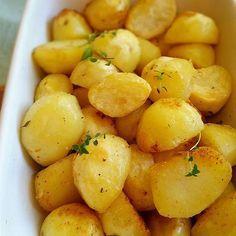 Vad ska du äta för gott idag? Servera perfekt ugnsrostad potatis till. De blir härligt krispiga utanpå och mjuka inuti med smak av smör Perfekt tillbehör till de flesta rätter. Recept med steg för steg bilder hittar du i länken➡@zeinaskitchen