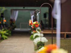 Suportes de ferro, de onde pendiam vasinhos de vidro com flores, cercavam os dois lados da passarela. No chão, cestas intercalavam o branco dos mosquitinhos com o verde das folhagens. A decoração ficou a cargo de Márcio da Silva, da Casa Aragon (Foto: Coletivo 3) | Jewish Wedding