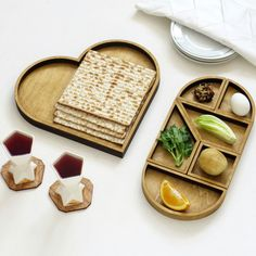 This is only one of the nany ways to set the new Heart Tangram Seder plate. Follow us to see more Pessach decoration ideas !