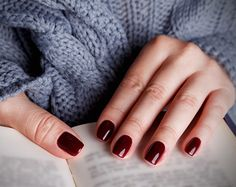 The advantage of the gel is that it allows you to enjoy your French manicure for a long time. There are four different ways to make a French manicure on gel nails. Sns Nails Colors, Fall Nail Colors, Gel Nails, Nail Polishes, Gradient Nails, Winter Colors, Dark Red Nails, Burgundy Nails, Oxblood Nails