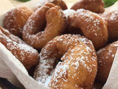 Las roscas son una de las recetas que màs recuerdo de mi infancia. Con un sabor suave y cubiertas de azucar flor son mejores aun. Receta tradicional chilena