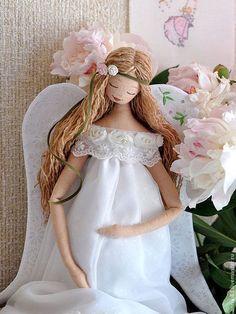 Купить или заказать Ангел 'Новая жизнь' в интернет-магазине на Ярмарке Мастеров. Говорят, мои Ангелы творят чудеса... ! Думаю, что на самом деле, главный секрет чудес - это ваше сильное желание! Пусть с появлением этого Ангела в вашем доме начнется новая жизнь и пусть Ангел хранит ту, под чьим сердцем бьется второе! При изготовлении куклы использовались такие ткани как шитьё и органза, хлопковое кружево, кружево шитье на сетке и объемное кружево в виде роз, подол…