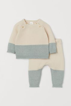 Shop our range of organic cotton baby clothes from the Conscious Collection online. Made in organic cotton and with the highest quality. Baby Outfits, Newborn Outfits, Kids Outfits, Newborn Clothing, Fashion Kids, H & M Baby, Baby Girls, Essentiels Mode, Raglan Pullover