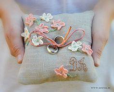Cojín porta alianzas realizado en tela de lino y bordado a mano con las iniciales de los novios. Decorado con flores de crochet.
