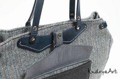 Сумочку можно носить в форме трапеции или прямоугольником. Уголки легко заворачиваются внутрь. Сама сумка на молнии, внутри у нее 3 кармана. Дно простегано с синтепоном.