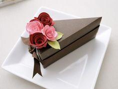 Caja de papel de chocolate rebanada favor con flores rosadas y rojas (1 rebanada).  Boda y ducha a favor de las cajas.