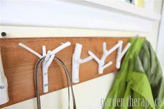 Restos de madeira e raminhos fazem um belíssimo cabide para colares ou casacos.
