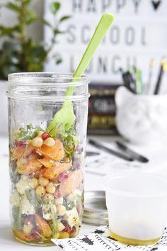 Salat im Glas   Rezept für einen Salat aus gerösteten Möhren, Rucola, Kichererbsen und Schafskäse mit Granatapfelkernen und Senf-Vinaigrette im Ball Mason Jar Glas   luziapimpinella.com