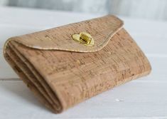 You searched for schnittmuster_geldbeutel_korkstoff_taschenlieblinge_pattydoo_buch - LastStepPin Cork Purse, Diy Purse, Diy Sewing Projects, Sewing Hacks, Diy Makeup Bag, Vegan Wallet, Cork Fabric, Handmade Purses, Diy Crafts For Gifts