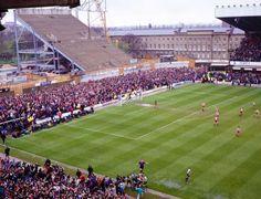 The Tyne Wear Derby between Newcastle United & Sunderland at St James Park. British Football, Uk Football, Retro Football, Football Stadiums, Football Kits, Vintage Football, Newcastle United Football, Sunderland Afc, Nostalgic Pictures