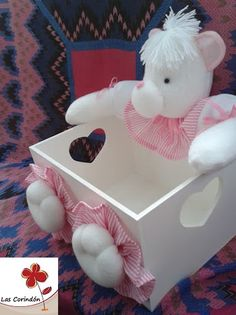 Osita rosa Baby Shawer, Baby Art, Diy Home Crafts, Baby Crafts, Wooden Toy Boxes, Cute Cat Wallpaper, Country Wall Decor, Thread Spools, Sewing Dolls
