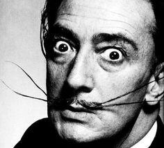 El pintor excéntrico, Salvador Dalí se vio influenciado por la estética del modernismo agónico, buscando una imagen que lo diferenciase del resto.
