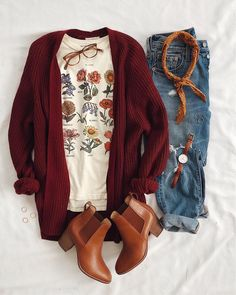 Sucker for a good tee & cardigan combo!This botanical tee is a fave of mine - Fun Graphics - Ideas of Fun Graphics - Sucker for a good tee & cardigan combo!This botanical tee is a fave of mine so cute & funHad a few questions about which color this Mode Outfits, Fashion Outfits, Womens Fashion, Fashion Sites, Jeans Fashion, Fashion 2016, Fashion Clothes, Fashion Trends, Street Fashion