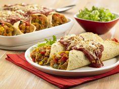 Würzige Reis-Hühnchen-Enchiladas: Pikante, saftige Hühnerstreifen mit Zwiebel, Paprika, Mais, Reis und Käse, serviert in einer warmen Tortilla.