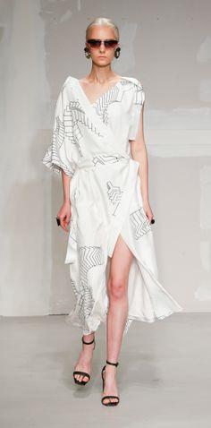 Krizia Spring 2018 Ready-to-Wear Fashion Show Collection: See the complete Krizia Spring 2018 Ready-to-Wear collection. Look 24 Women's Runway Fashion, Vogue Fashion, Fashion 2018, Fashion Week, Fashion Models, Spring Fashion, Fashion Dresses, Milan Fashion, Daily Fashion