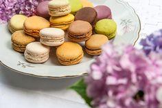 Idee per l'angolo confettata del matrimonio: che ne dici dei macarons?  Photo credits: Officina 1.4 Macarons, Confetti, Muffin, Breakfast, Desserts, Food, Morning Coffee, Tailgate Desserts, Deserts