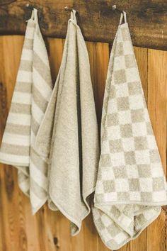 Ponúkame kvalitné uteráky, ktoré majú rôzne veľkosti, vzory a farby. Sú vyrobené zo 100% ľanu. Ľahké, mäkké uteráky dokonale absorbujú vlhkosť, rýchlo schnú a sú priedušné. Uterák je preto vhodný do sauny alebo na každodenné používanie. Napkins, Towel, Towels, Dinner Napkins