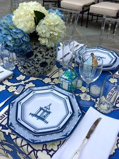 Setting the table with blue and white  - theenchantedhome.com