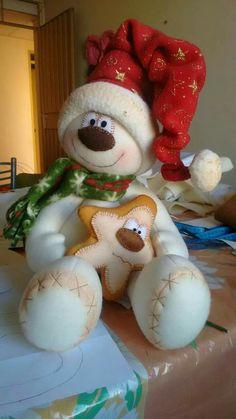Muñeco de navidad Christmas Sewing, Christmas Toys, Christmas Snowman, Christmas Projects, Christmas Holidays, Christmas Ornaments, Disney Christmas Decorations, Snowman Crafts, Felt Ornaments