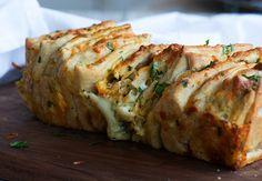 Her får du opskriften på et skønt ostebrød med smeltet ost mellem en masse lækre brødstykker - perfekt til suppe og som tilbehør - læs med her