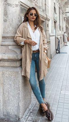 Calça jeans + camisa branca: a melhor dupla para dias de pouca inspiração. Trench coat, mocassim, cinto caramelo, óculos redondo