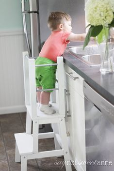 Start with an Ikea stool, add 7 dowels and 4 boards! Perfect height for little table helpers. Wood Projects For Kids, Wood Projects For Beginners, Woodworking Projects That Sell, Wood Working For Beginners, Popular Woodworking, Diy Woodworking, Woodworking Furniture, Project Ideas, Carpentry Projects