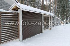 Декоративный забор со столбами из прессованного бетона и секциями с горизонтальным расположением досок.
