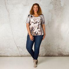 Dit shirt met korte mouw heeft een voorpand van een zijdeachtige bloemenprint. Het rugpand is van viscose. In de onderkant zit elastiek voor een poffe... Bekijk op http://www.grotematenwebshop.nl/product/shirt-van-x-two-voor-vrouwen-met-grote-maten-39/