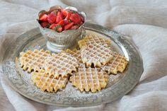 Wafeltjes van opa Jan met Haspengouwse aardbeien Dutch Recipes, Cooking Recipes, Pancakes And Waffles, Cooking With Kids, Cookie Bars, High Tea, Sweet Treats, Bakery, Deserts