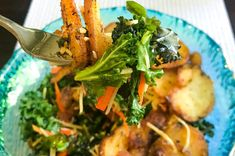 The Paris salad is a crispy french fries and kale salad with slices of garlic fried potatoes. Its the perfect summer dinner with a glass of wine. Easy Salads, Summer Salads, Best Salads Ever, Crispy French Fries, Massaged Kale, Steak Salad, Crispy Potatoes, Kale Salad, How To Make Salad