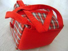 Lancheira feita em tecido dublado e forrada com tecido térmico. Fechamento com zíper e tem um bolso externo. <br> <br>Medidas aproximadas: 21cm de largura, 14cm de altura e 19cm de profundidade.