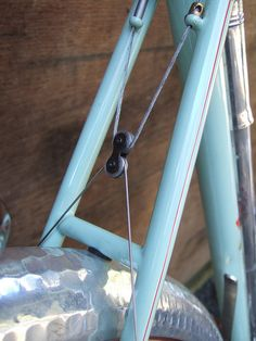 Another creative break system. Bike Details, Downhill Bike, Push Bikes, Bike Shed, Bicycle Components, Bike Frame, Bike Art, Bicycle Accessories, Bicycle Design
